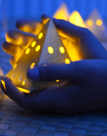 Diy creative paper lanterns to make with your kids for Small led lights for crafts michaels